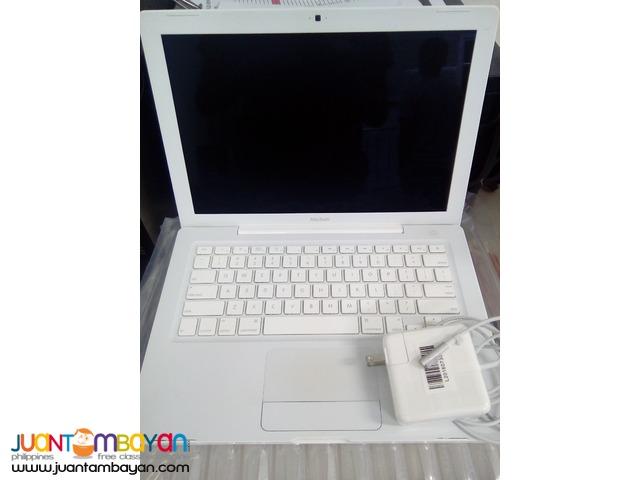 Apple MacBook 13.3-Inch Laptop (2.1GHz Intel Core 2 Duo